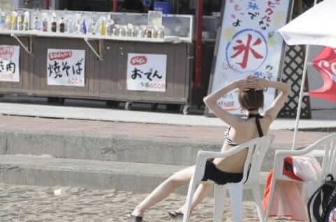 海辺でマッタリする女性